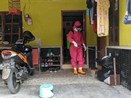 Penyemprotan Disinfektan Rumah Pasien Positif Sumberan