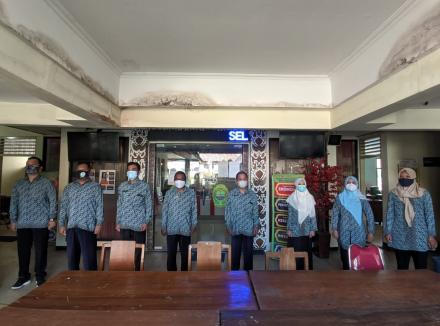 Memperdengarkan Lagu Kebangsaan Indonesia Raya
