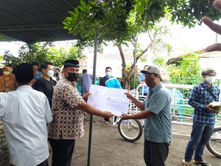 Penyerahan akte kematian kepada ahli waris alm . Sudi Hartono / jamin RT 2 soragan