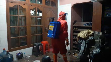 Penyemprotan Disinfektan Rumah Warga Pasien Positif Sutopadan RT.02