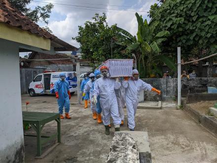 Pemakaman Jenazah Infeksius Warga Sonosewu dan Onggobayan